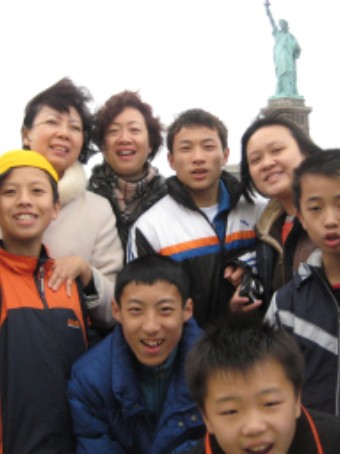portrait of childrent at statue of liberty